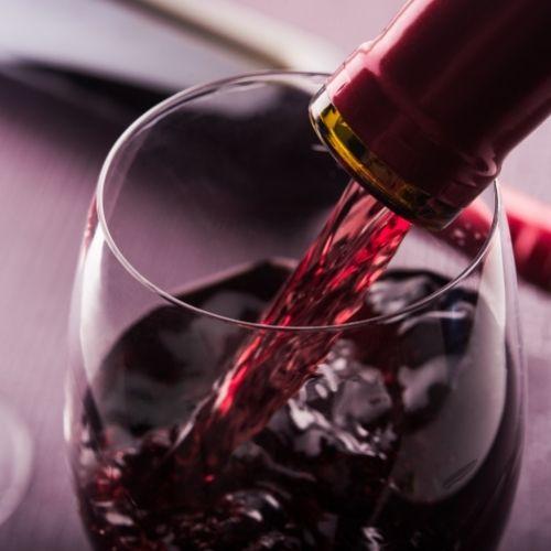 יין אדום מומלץ לאירוח וישיבה מפנקת בערב